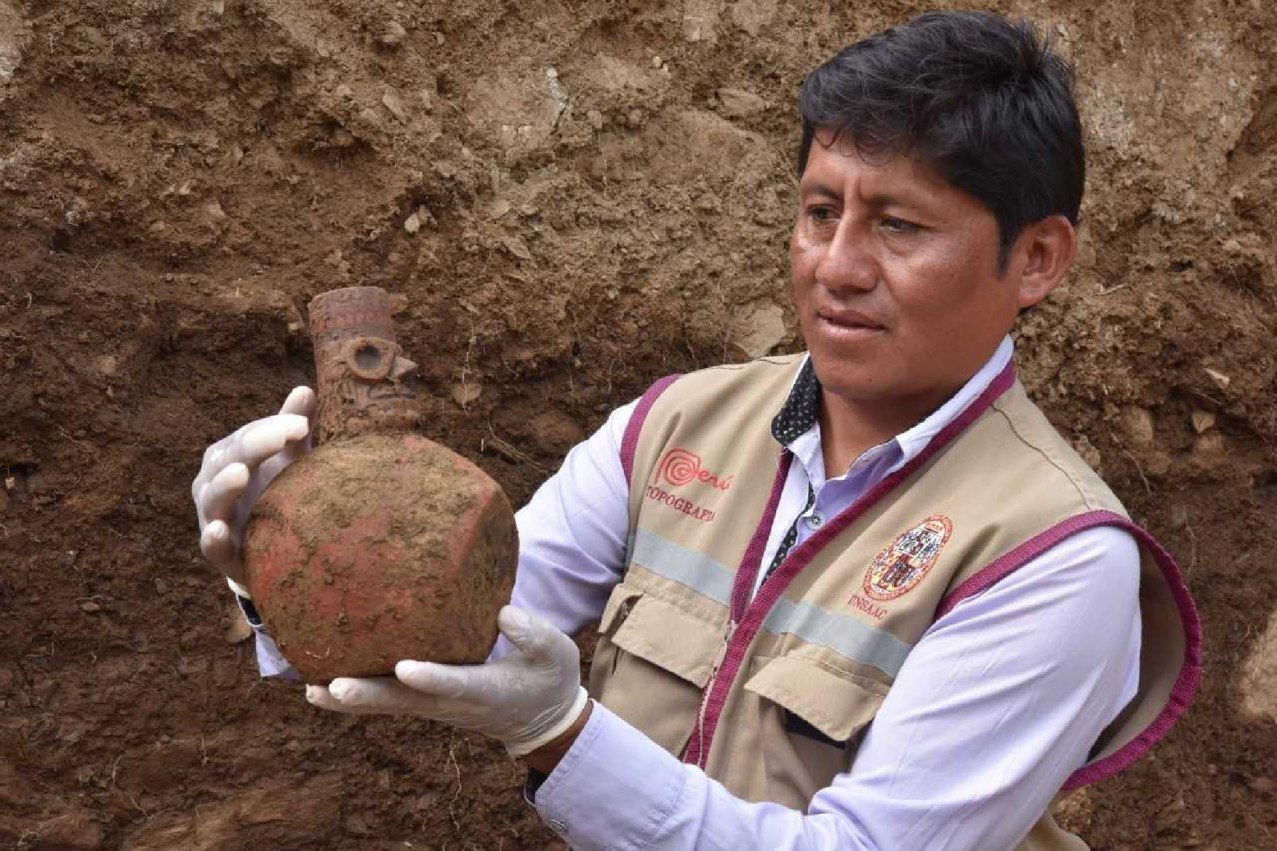 Se halló también un observatorio astronómico, contextos con dientes de animales, pectoral de plata, recipientes cerámicos, tupus y otras evidencias de las culturas Wari e Inca.