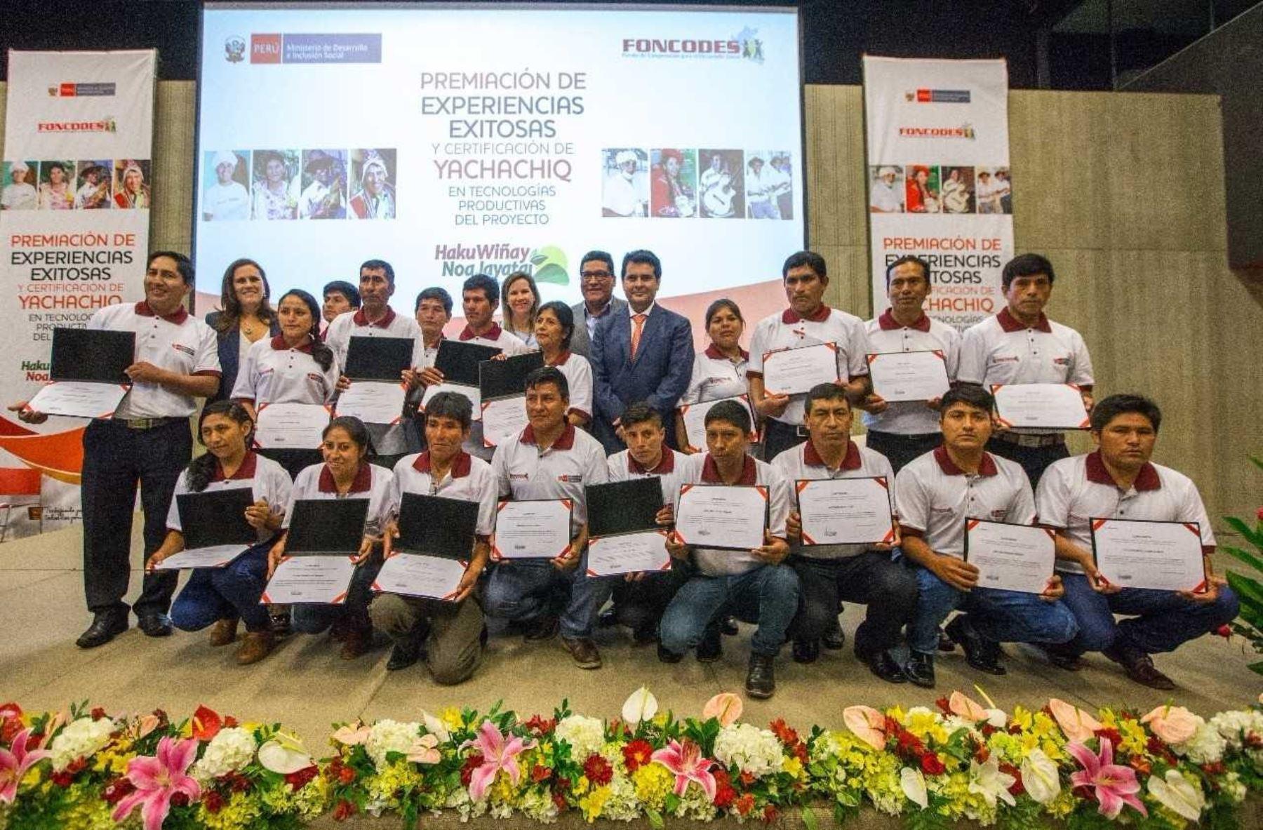 El Ministerio de Desarrollo e Inclusión Social (Midis) premió las experiencias exitosas de desarrollo de capacidades productivas y emprendimientos rurales, en el marco del Primer Concurso Nacional de Experiencias Exitosas del Proyecto Haku Wiñay/Noa Jayatai organizado por el Foncodes.