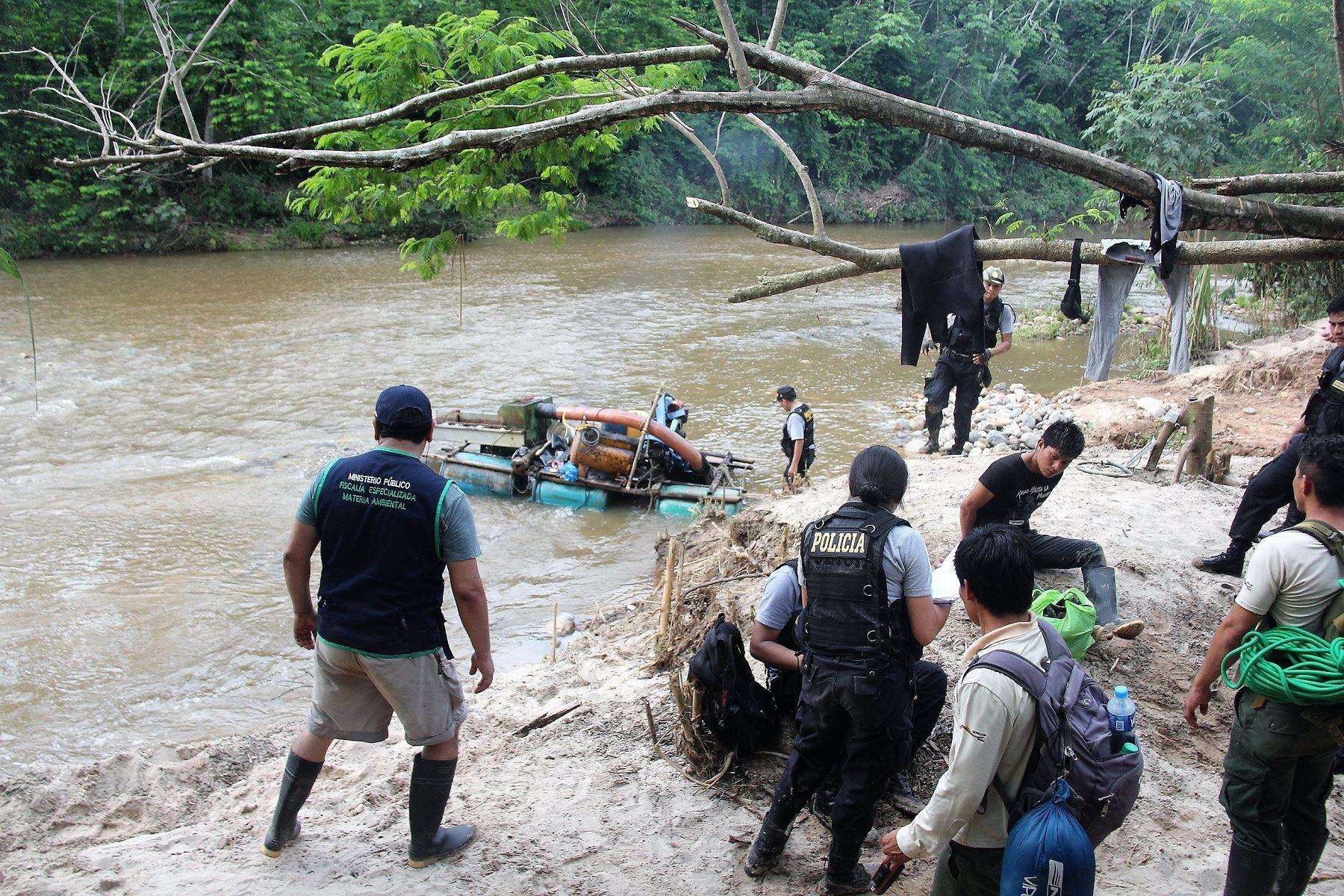 Autoridades destruyen campamentos de minería ilegal cerca de Reserva Comunal El Sira, en Ucayali. ANDINA/Difusión