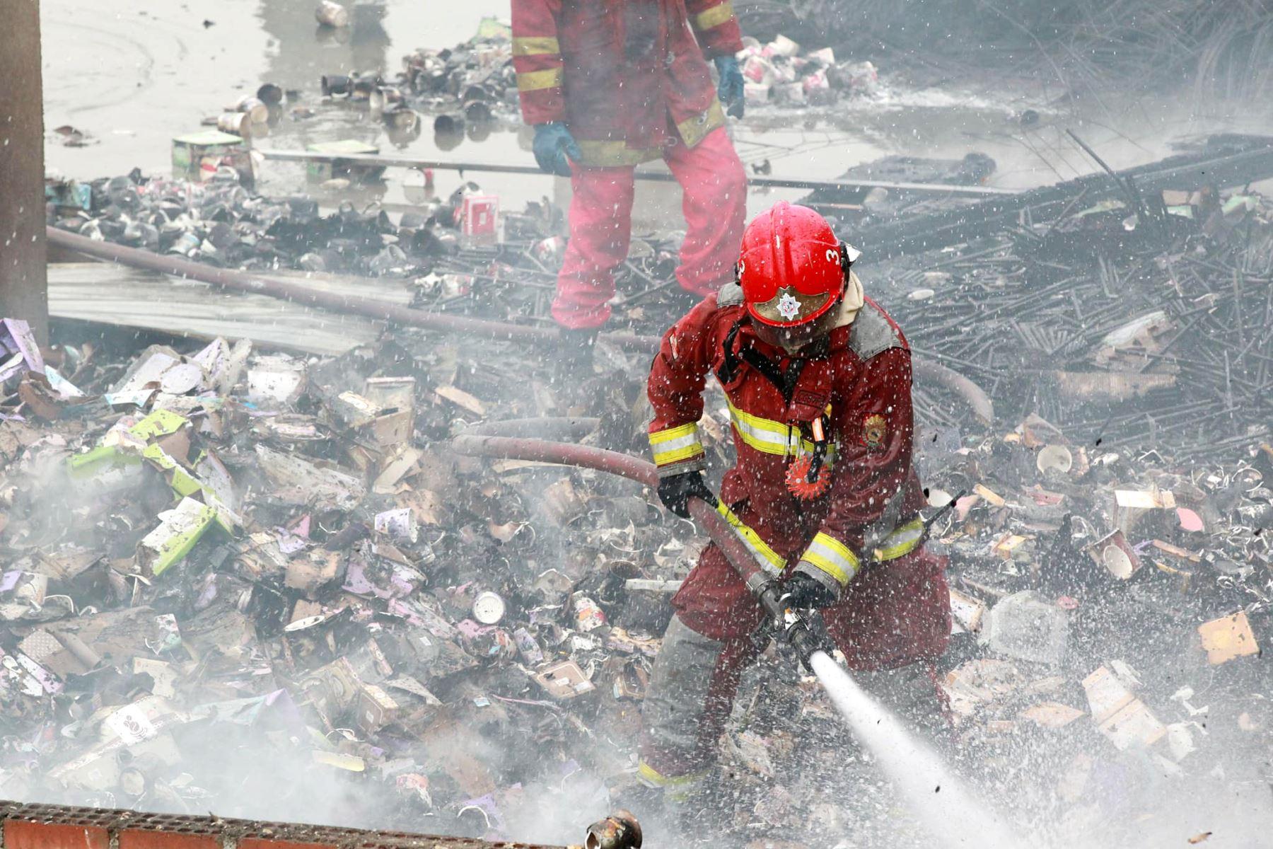 LIMA PERÚ, ENERO 06. Incendio en depósito de plásticos en Jr. Miró Quesada Barrios Altos. Foto: ANDINA/Dante Zegarra