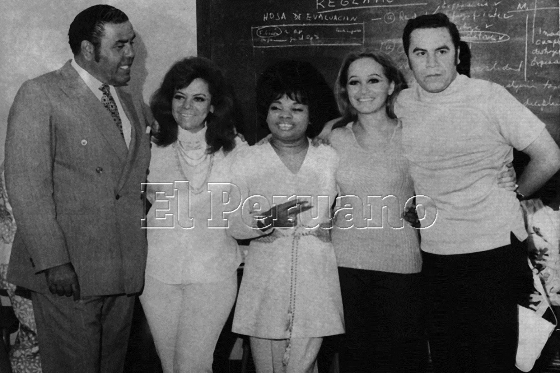 Lima - 25 febrero 1971 / Lucha Reyes (cen.), cantante peruana conocida como la Morena de Oro del Perú, con Augusto Ferrando (1.° izq.), el compositor Augusto Polo Campos y Cecilia Bracamonte (2° der.), cantante de música criolla.