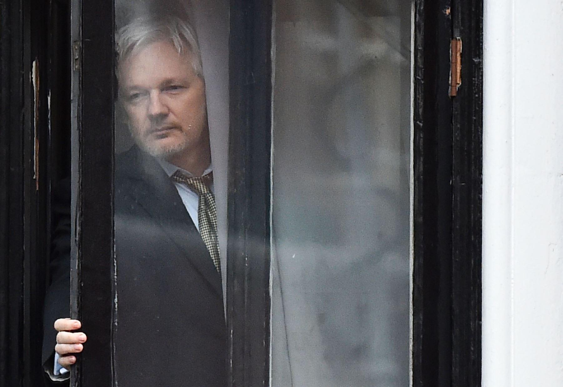 Assange en el balcón de la embajada ecuadoriana en Londres. Foto: AFP