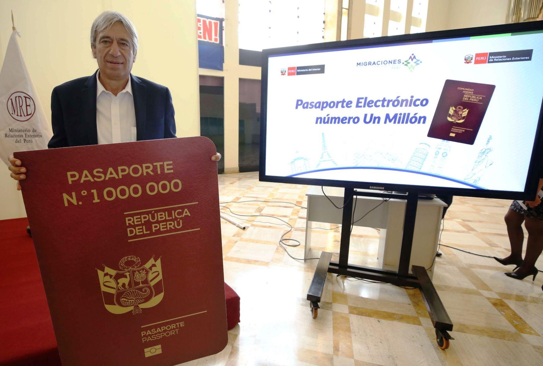 Exmundialista de la Selección Peruana de Fútbol Germán Leguía, recibió pasaporte electrónico número un millón. Foto: ANDINA/Difusión.