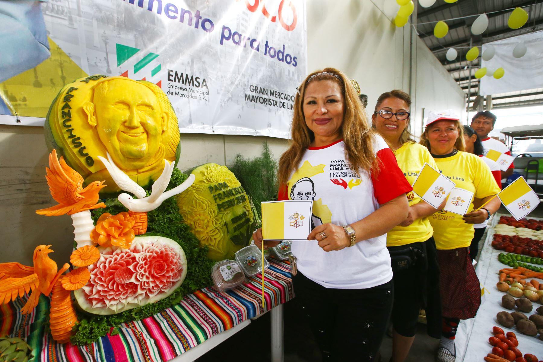 LIMA PERÚ - ENERO 12. Comerciantes del Mercado Mayorista realizan  tallado de vegetales con el rostro del Papa Francisco y mensaje de bienvenida hecho de verduras y así se suman a las celebraciones por la llegada del Sumo Pontífice a nuestro país, . Foto: ANDINA/Melina Mejía