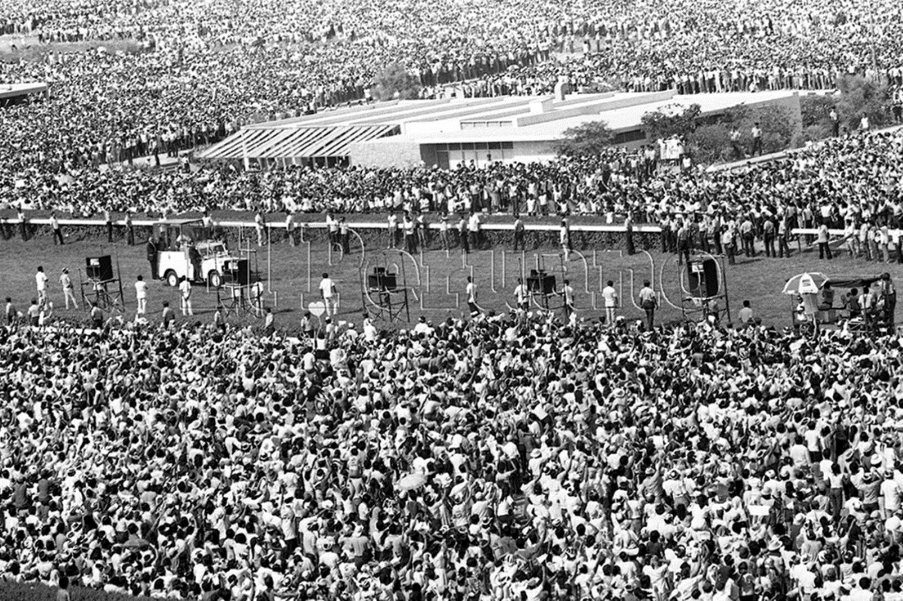 Lima (1985) En el Hipódromo de Monterrico exhortó a los jóvenes a no practicar la violencia como medio para transformar la sociedad.