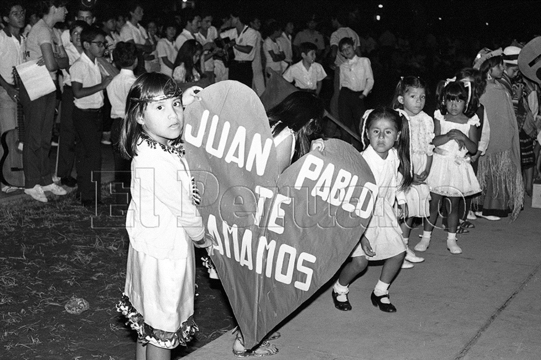 Lima (1985) Un grupo de niñas y cientos de fieles católicos se apostan frente a la Nunciatura Apostólica donde descansa el Santo Padre.