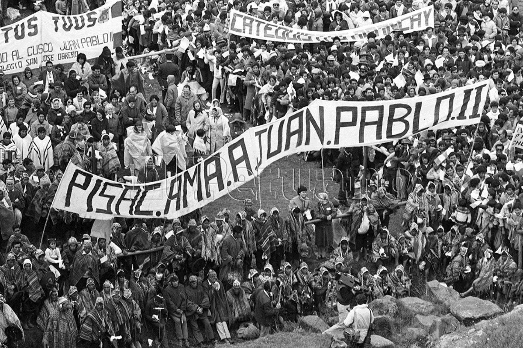 Cusco (1985) Miles de personas provenientes de comunidades indígenas y campesinas escucharon el mensaje en la explanada de la Fortaleza de Sacsayhuaman.