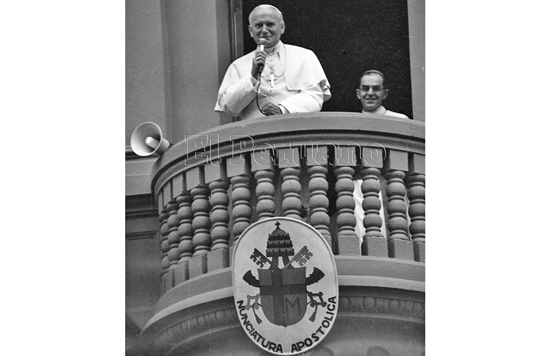 Lima (1985) El Papa Juan Pablo II saludó a los fieles que se amanecieron en los exteriores de la Nunciatura Apostólica para saludarlo.