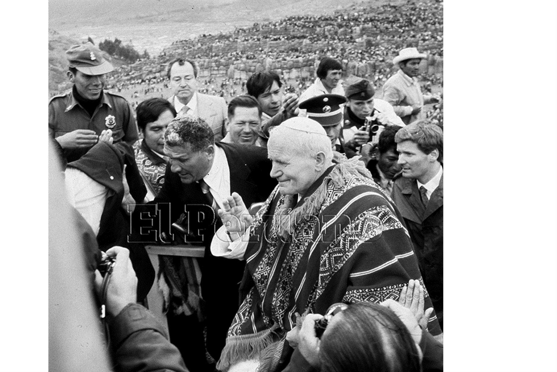 Cusco (1985) El Papa Juan Pablo II luce un vistoso poncho andino tras liturgia en explanada de Sacsayhuaman. El Santo Padre coronó a la Virgen del Carmen de Paucartambo ante miles de fieles.