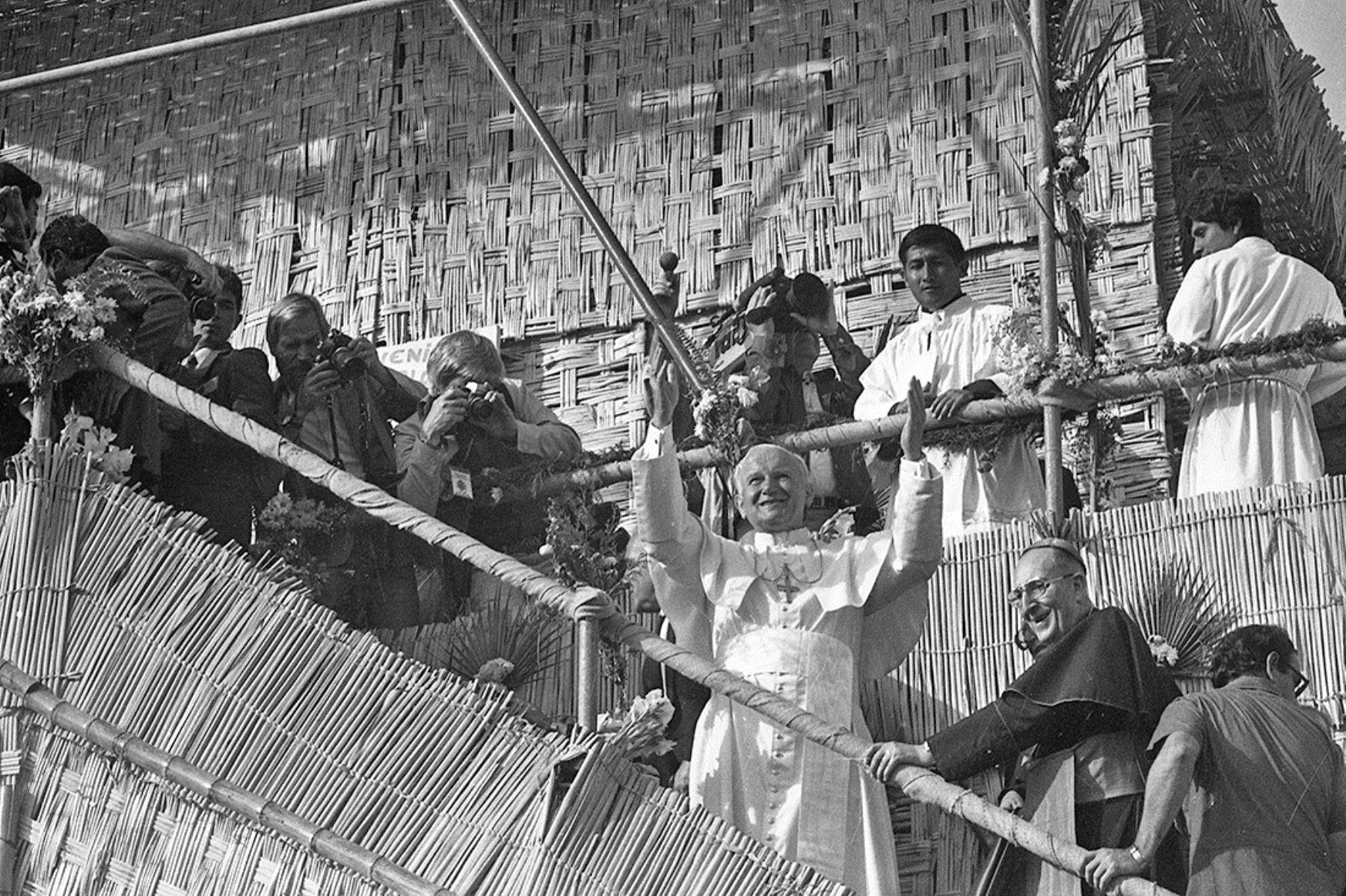 Lima (1985) Subiendo al estrado de esteras junto al cardenal Juan Landázuri Ricketts.