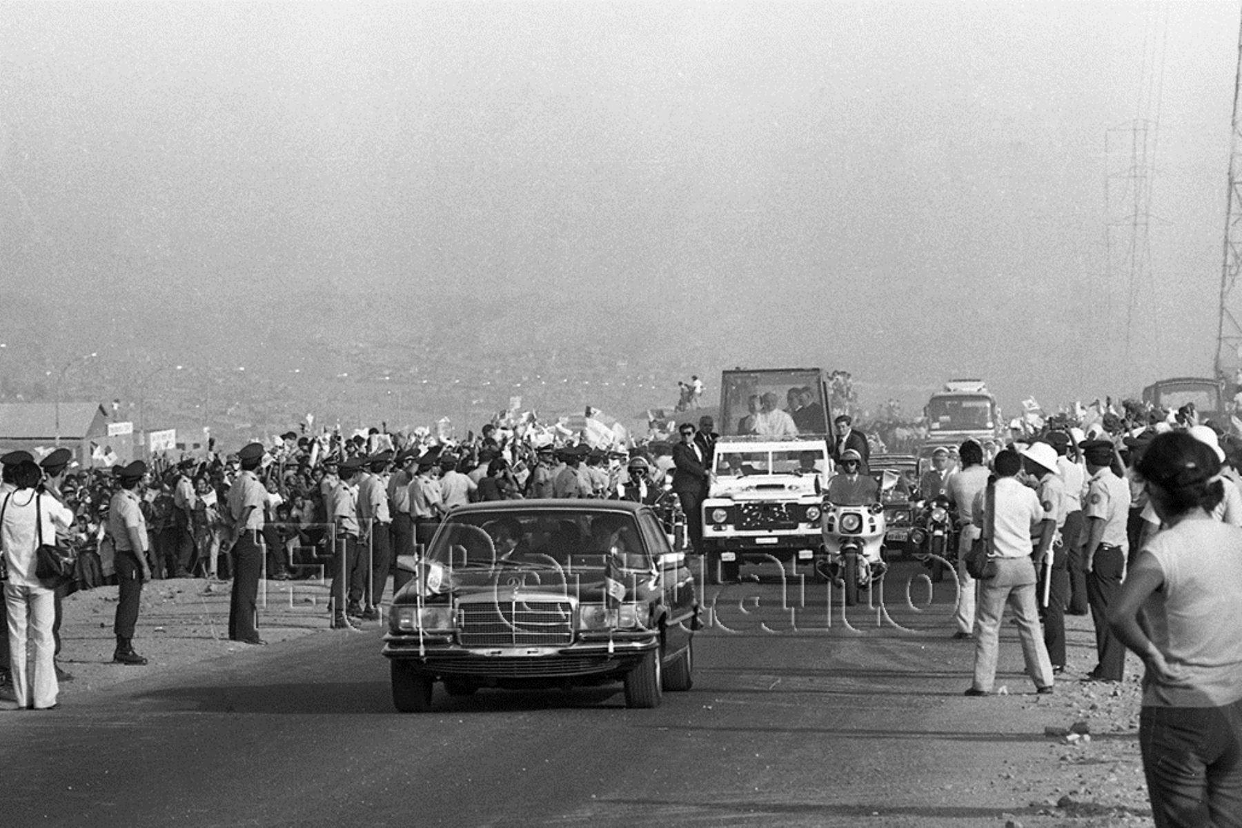 Lima (1985). El Papa Juan Pablo II llega a Villa El Salvador donde dirigió un mensaje a una multitud proveniente de pueblos jóvenes del cono sur de Lima.