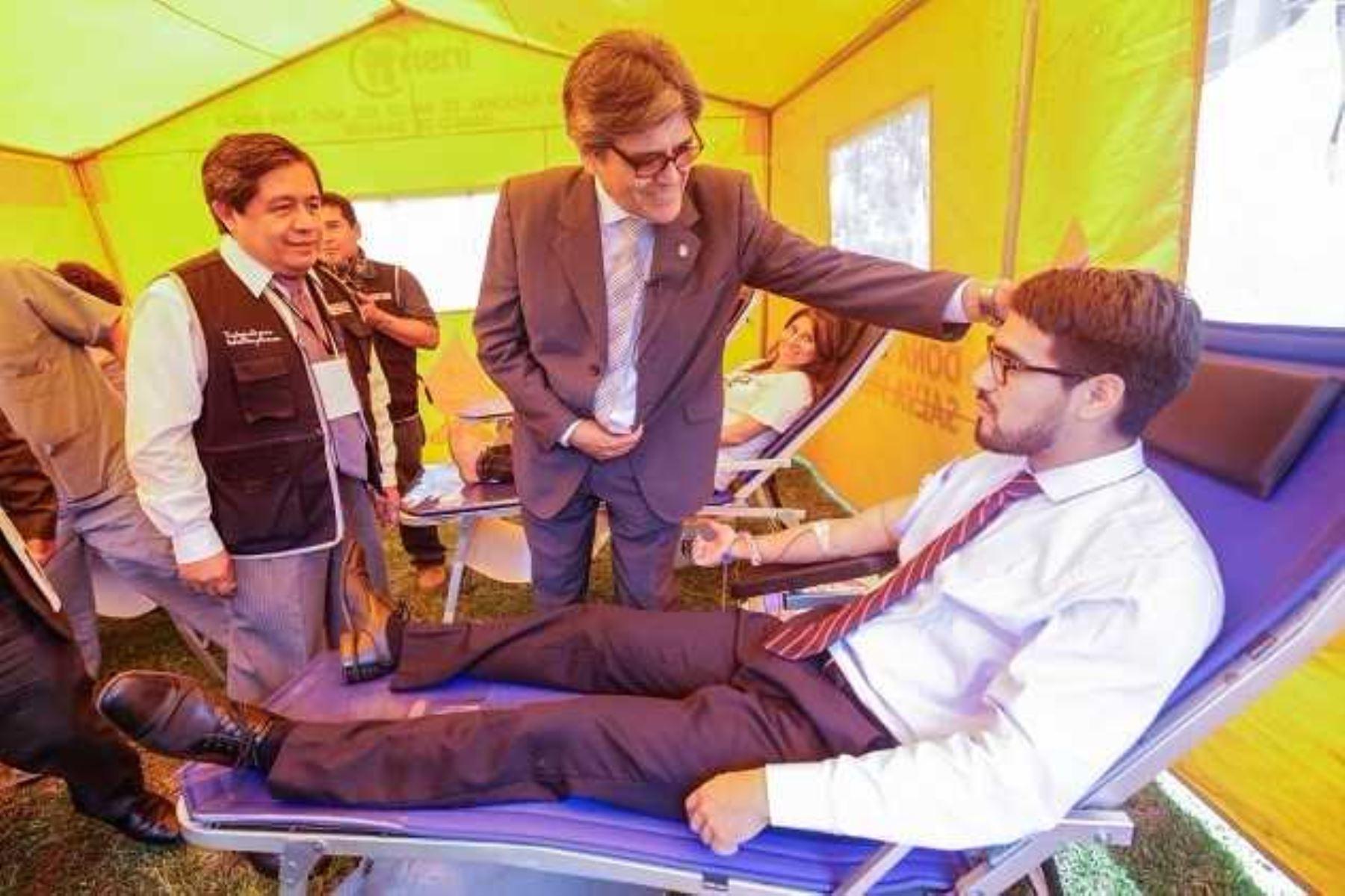 Ministro Abel Salinas exhorta a donar sangre.