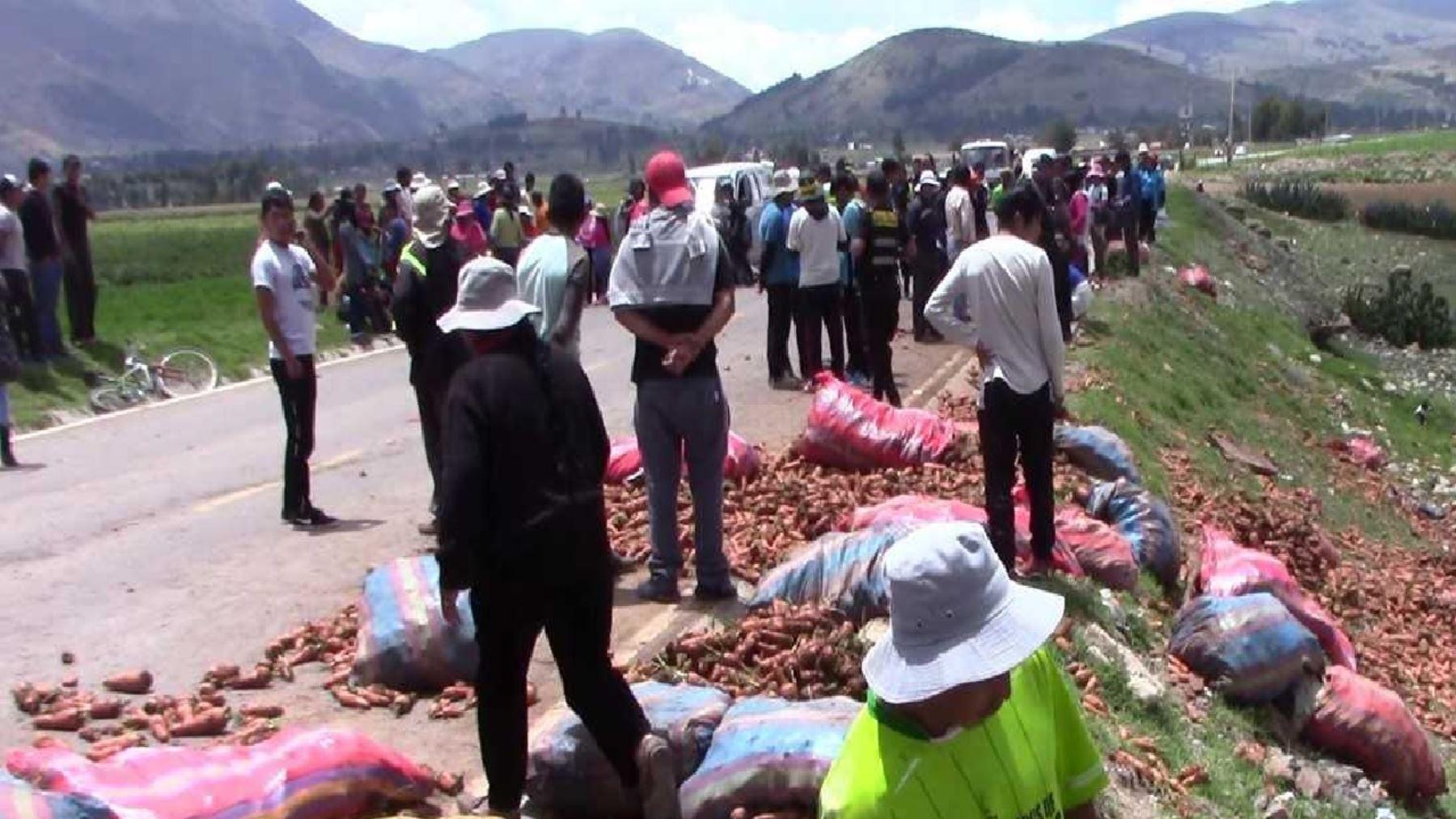 El vehículo A8H-846 se dirigía a un lavadero con cien sacos de zanahoria y en la tolva viajaban 13 personas, entre ellos tres menores de edad,