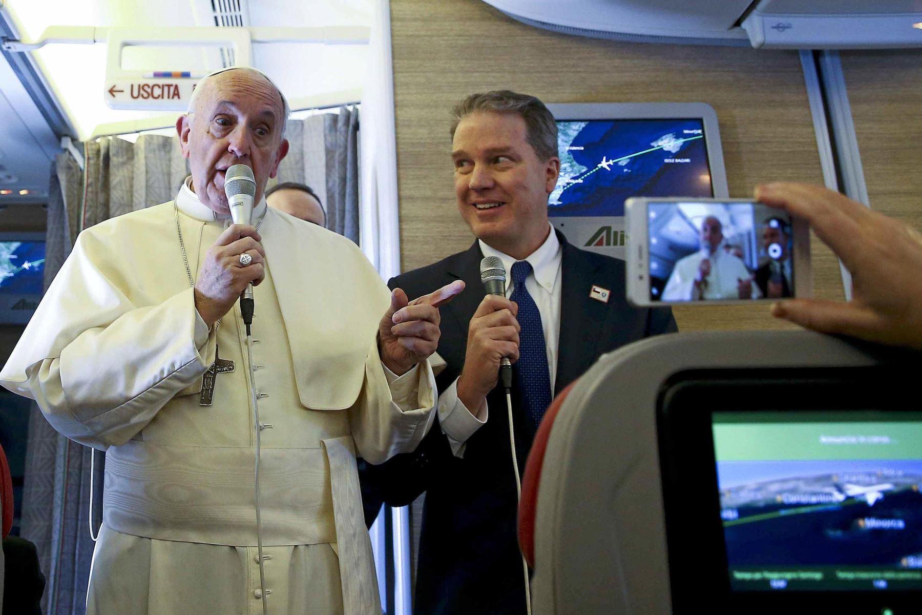El Papa Francisco conversa con periodistas a bordo del vuelo hacia Chile. Foto: EFE