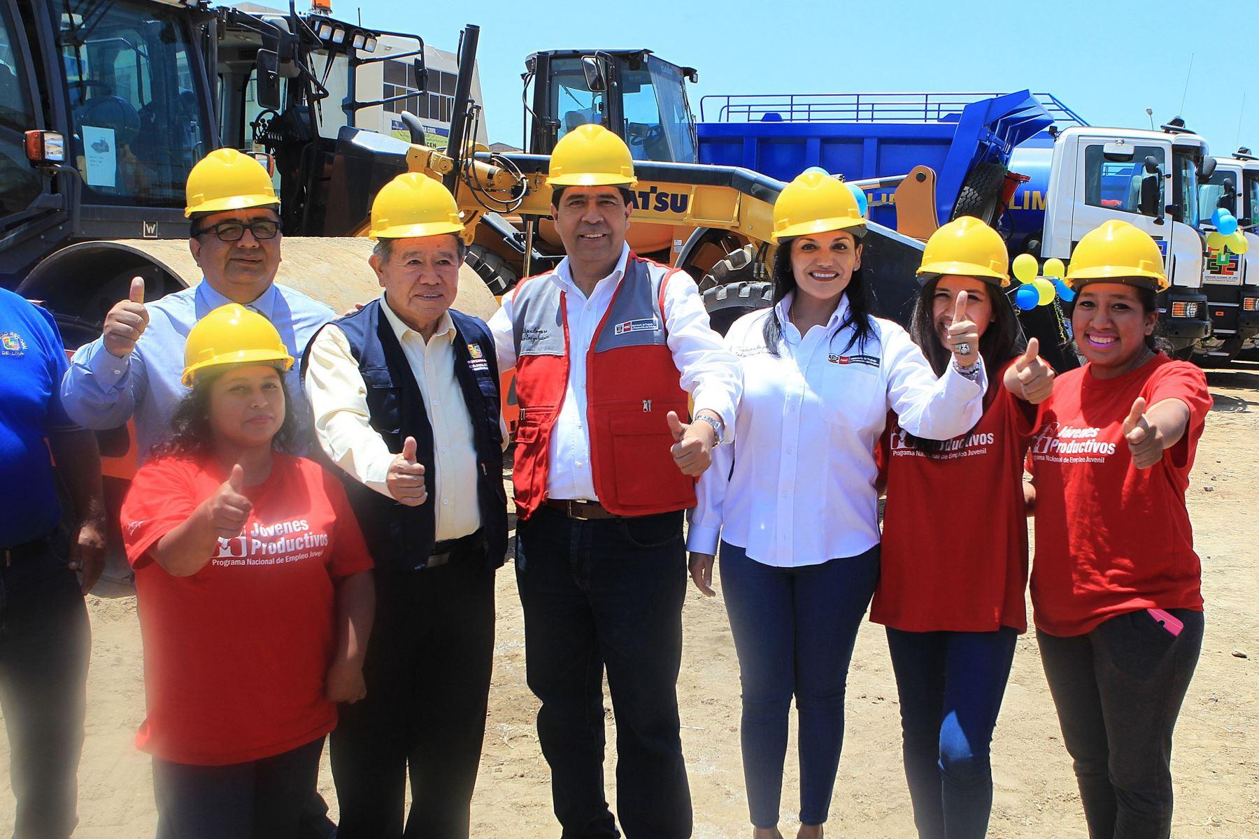 Ministro Javier Barreda y jóvenes