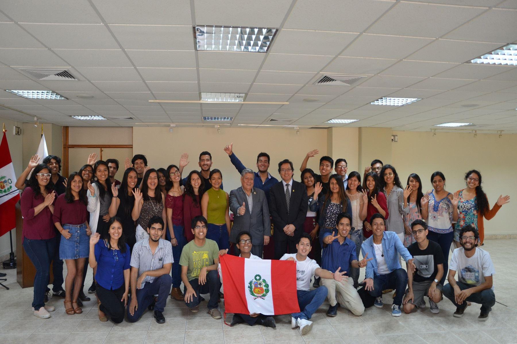 Los estudiantes fueron reconocidos en una ceremonia encabezada por el rector Orestes Cachay Boza. Foto: Difusión