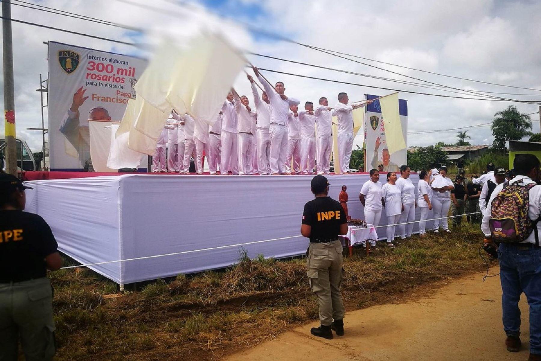 Internos del penal de Puerto Maldonado saludan llegada del Papa Francisco. ANDINA