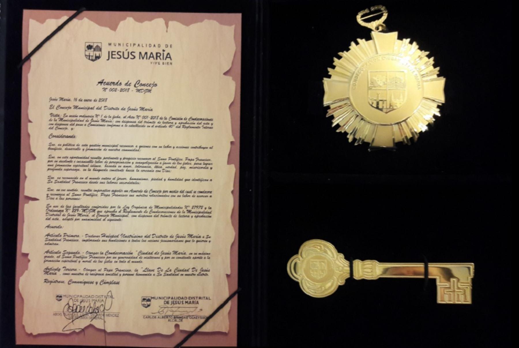 Jesús María le entregó condecoraciones al Papa Francisco. Foto: Andina/difusión