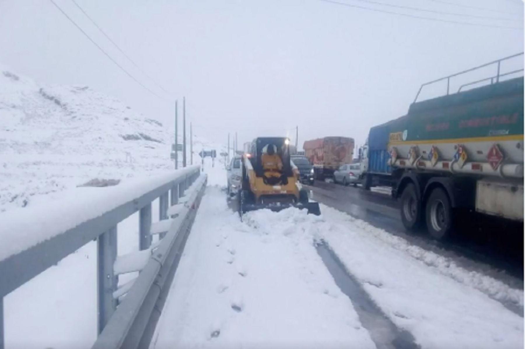 Carretera Central: Policía cierra el tránsito por caída de nieve en Ticlio