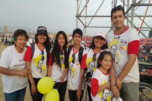 Miguel Ciurlizza y su familia acudieron muy entusiasmados a ver al Papa. Foto: Karina Garay.
