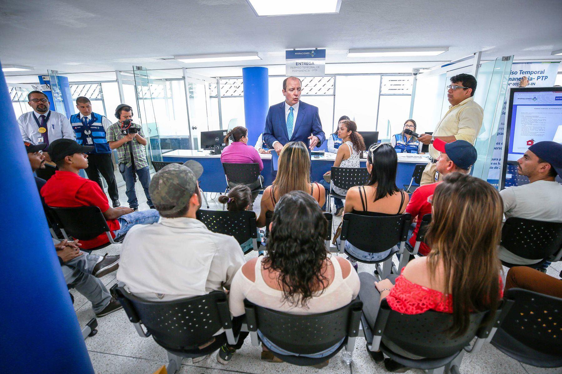 Ciudadanos venezolanos reciben indicaciones en la sede de Migraciones. Foto: ANDINA/Difusión.
