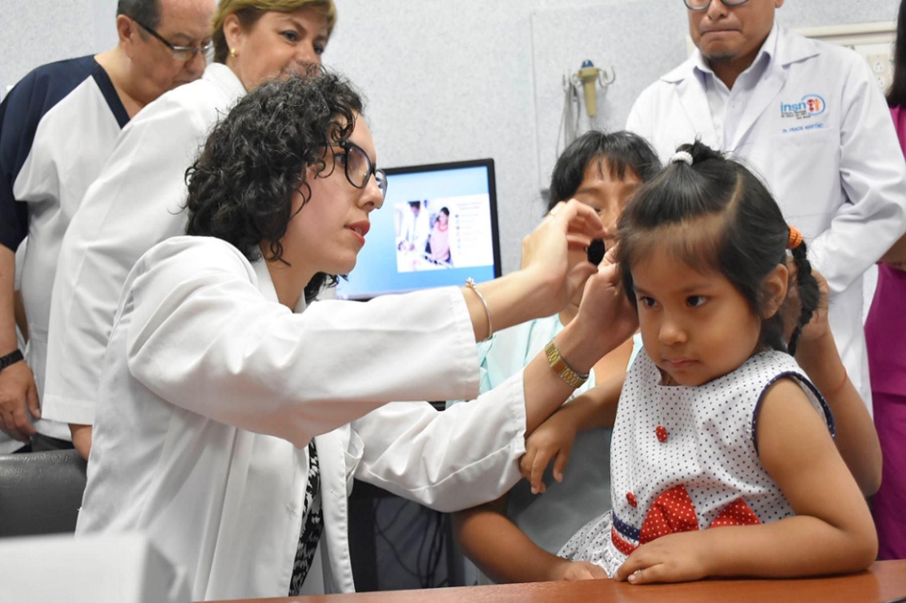 Pequeñas con sordera congénita comienzan a oír gracias a implantes cocleares. Foto: Andina/Difusión