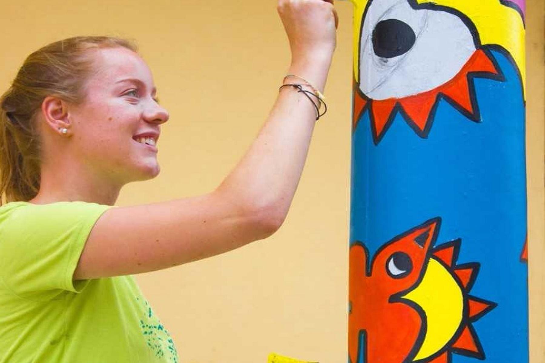 Jóvenes del distrito de Túcume con apoyo de la voluntaria alemana Mayla Fischer, ejecutaron el pintado de murales con iconografía Lambayeque y motivos locales en postes del centro urbano.