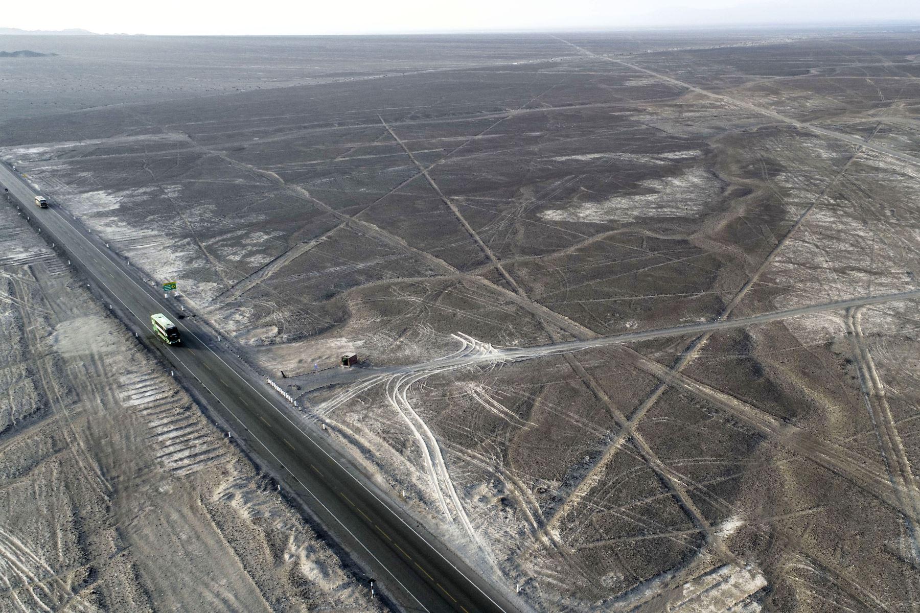 Indignación en Perú ante daños causados por camión en las líneas de Nasca. Foto: Cortesía.