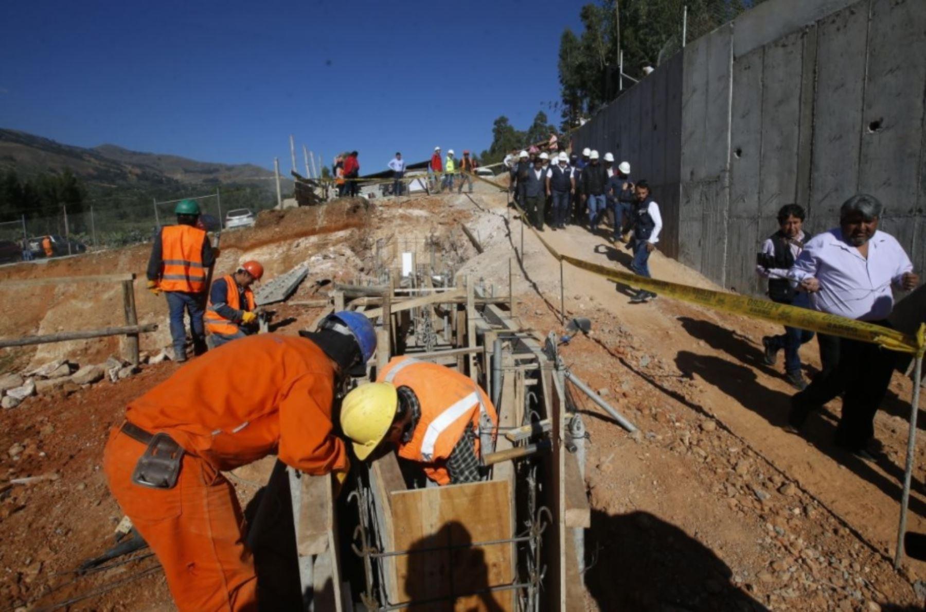 El ministro de Vivienda, Construcción y Saneamiento, Carlos Bruce, anunció hoy que en los próximos años se invertirán 400 millones de soles para elevar de 71% a 98% la cobertura de agua potable y alcantarillado en las zonas rurales de la región Cajamarca.