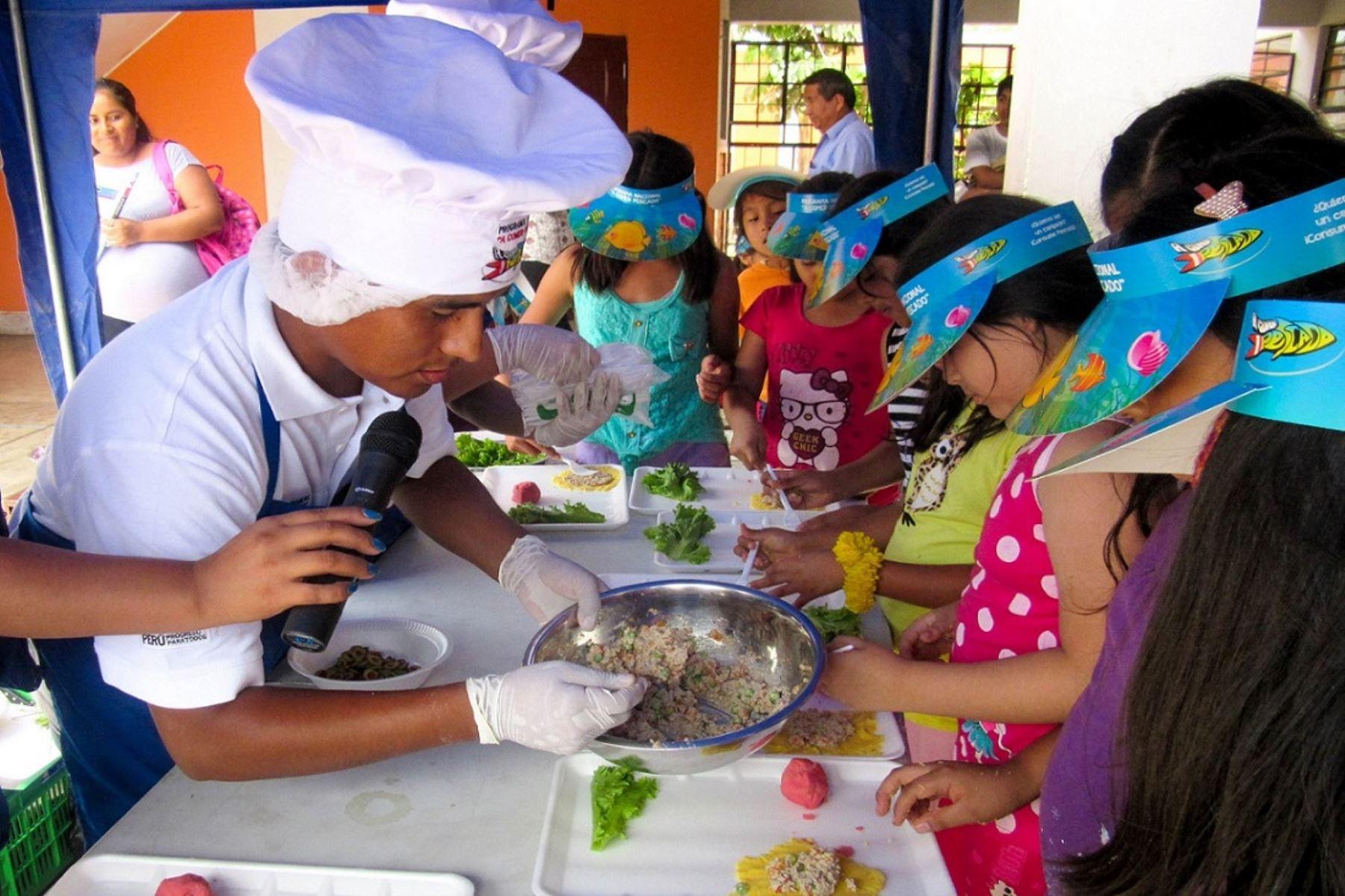 Los niños que comen pescado, por lo menos una vez a la semana, tienen un aumento en sus niveles de inteligencia, según estudios. Foto: Difusión.