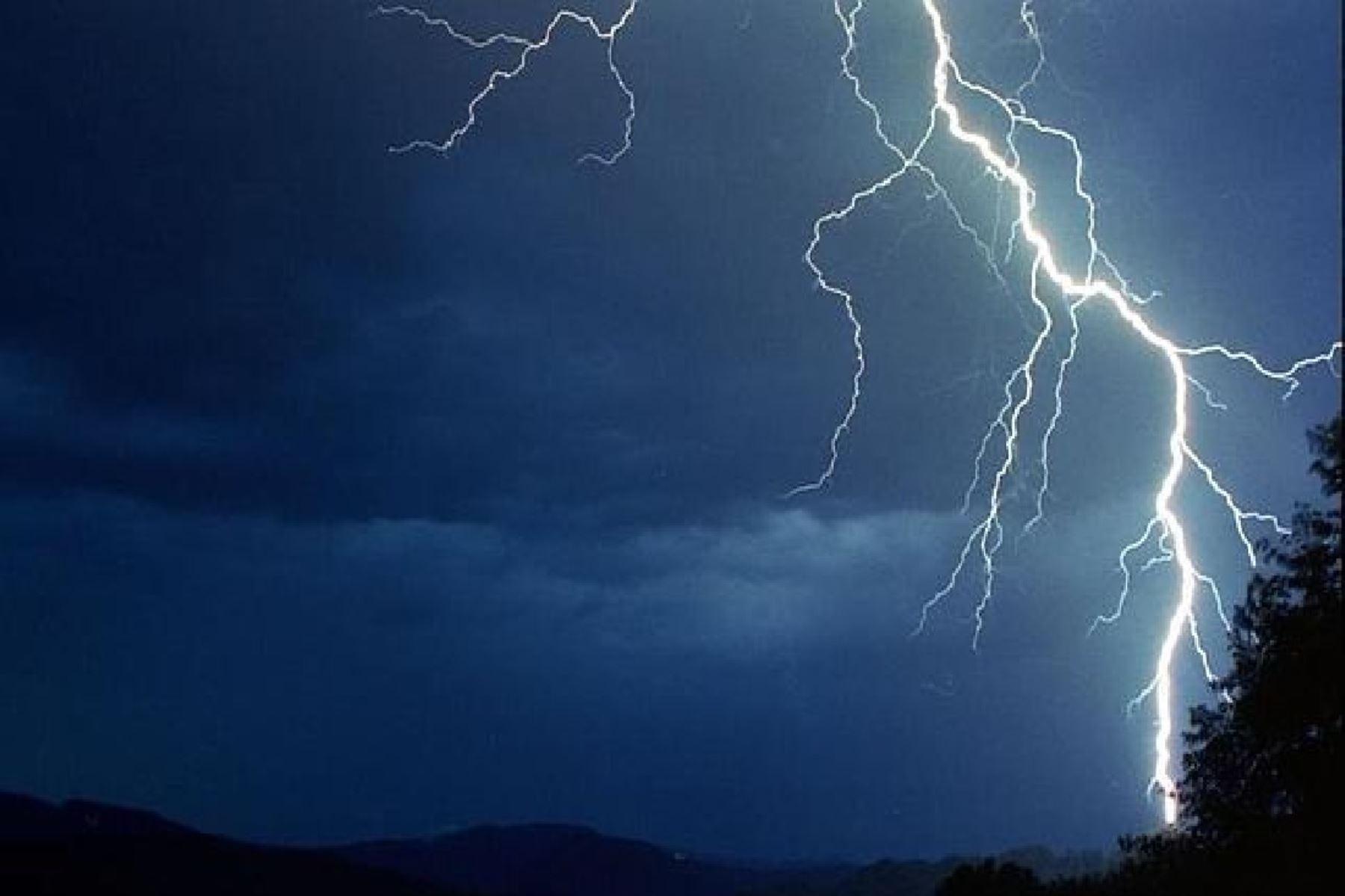 Un menor de 14 años murió al ser alcanzado por una descarga eléctrica, que acompaña las intensas lluvias en Cusco.