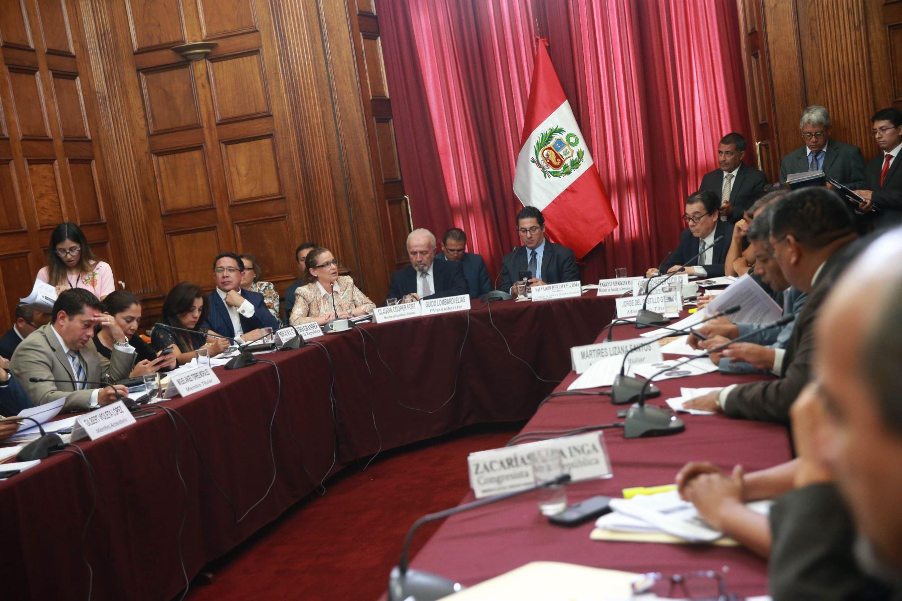 Ministros de Economía y Finanzas, Claudia Cooper; y de Justicia y Derechos Humanos, Enrique Mendoza en el Congreso.  ANDINA/Norman Córdova