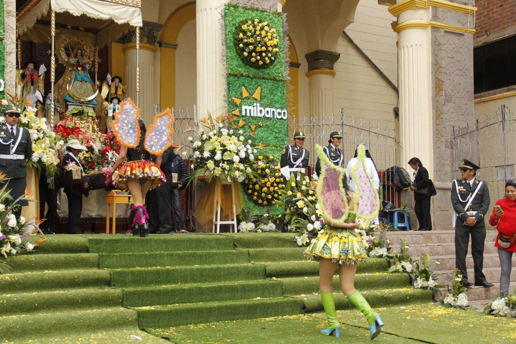 Danzantes peregrinan con fe y devoción a la Virgen de la Candelaria en Puno. ANDINA