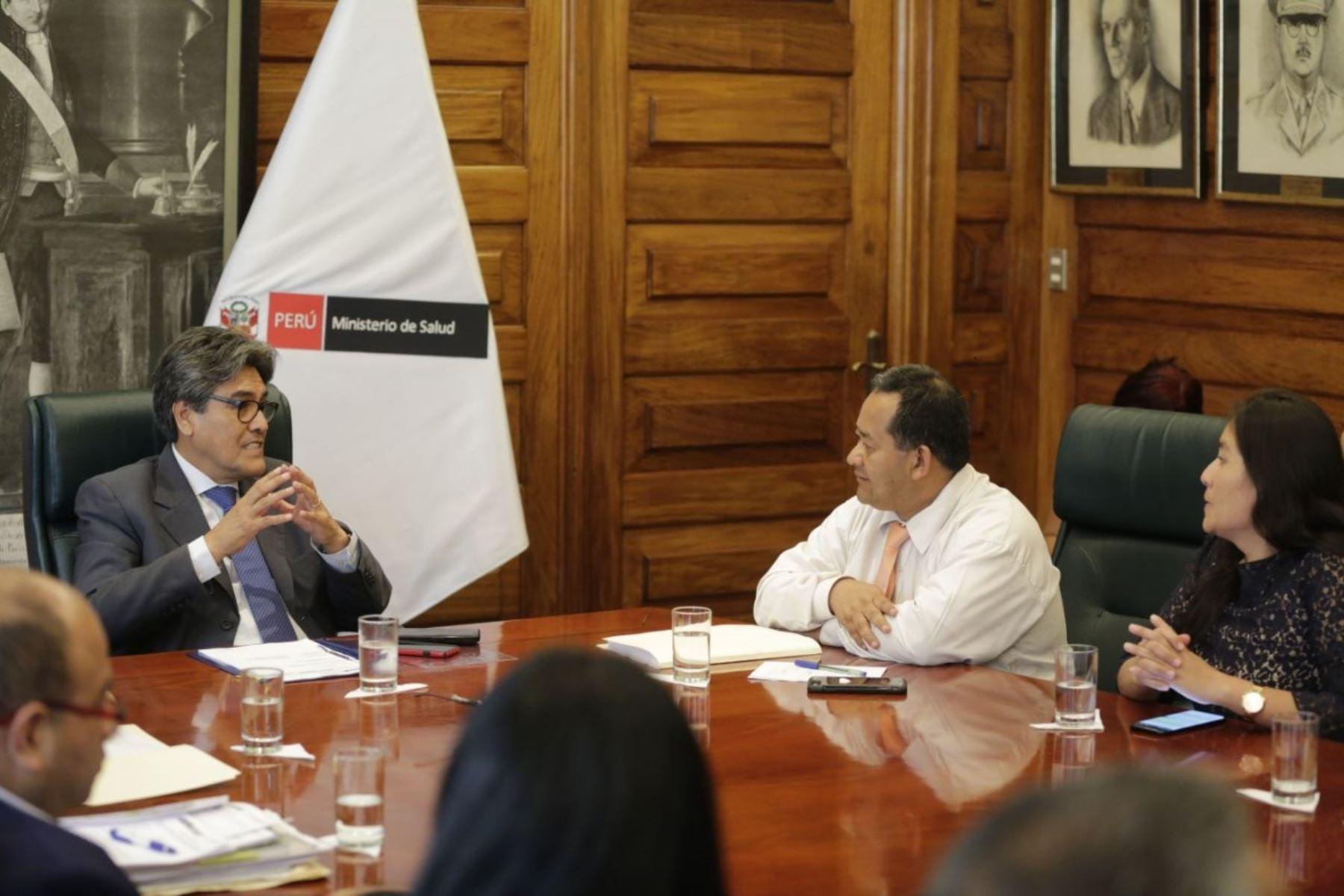 Ministro de Salud, Abel Salinas, se reúne con congresista Bienvenido Ramírez.