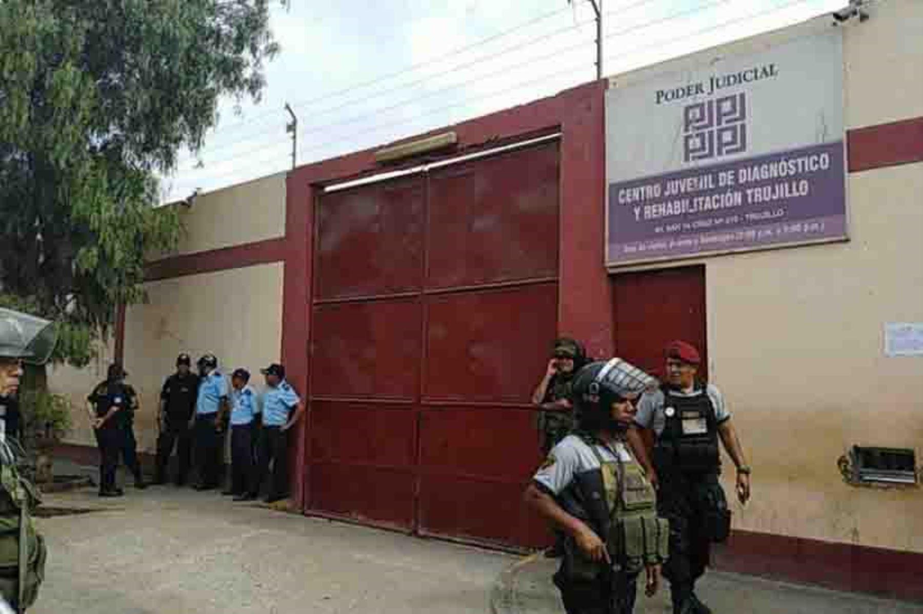 El Instituto Nacional de Defensa Civil (Indeci) informó que cinco personas fallecieron y 29 resultaron heridas en el incendio ocurrido hoy en el Centro Juvenil de Diagnóstico y Rehabilitación de la ciudad de Trujillo. ANDINA/Difusión