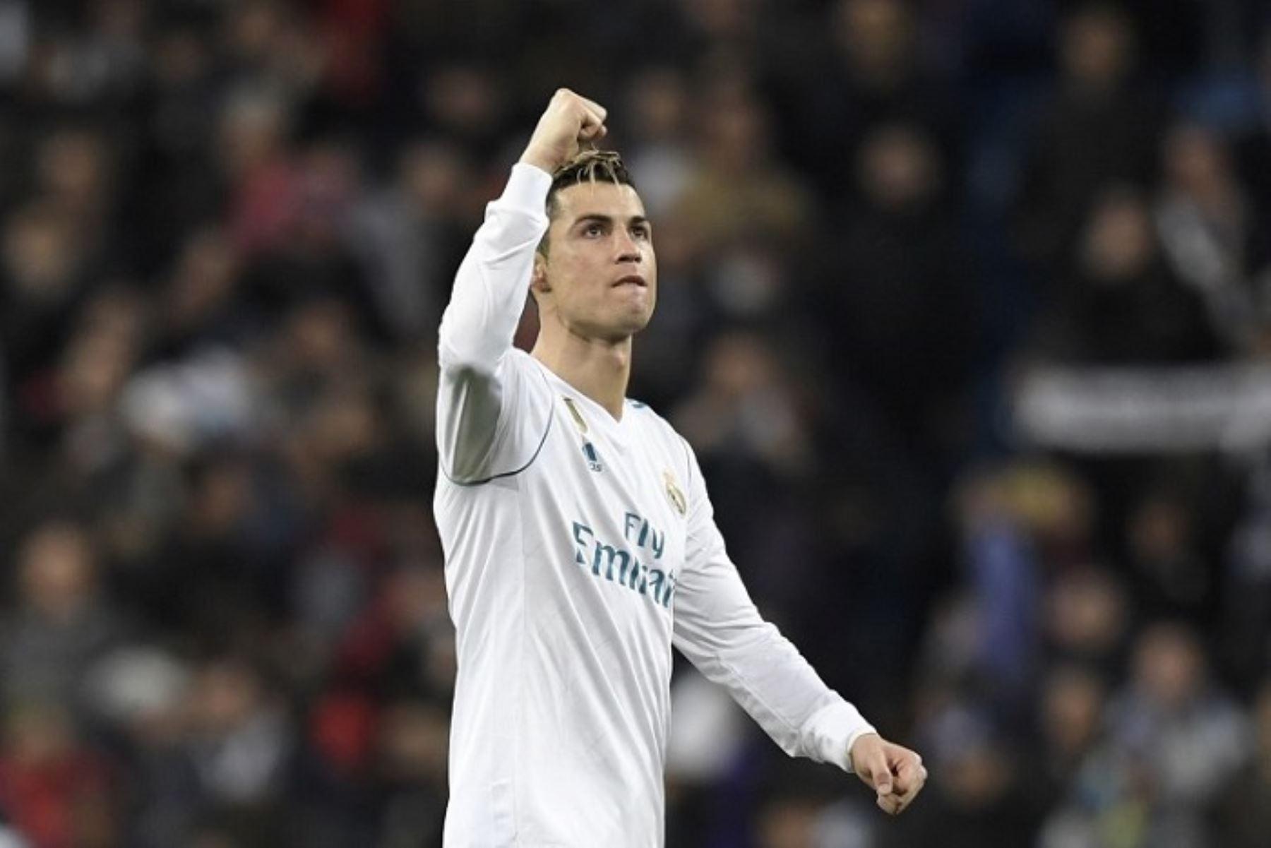 Cristiano Ronaldo, alza la mano como señal de triunfo ante el PSG