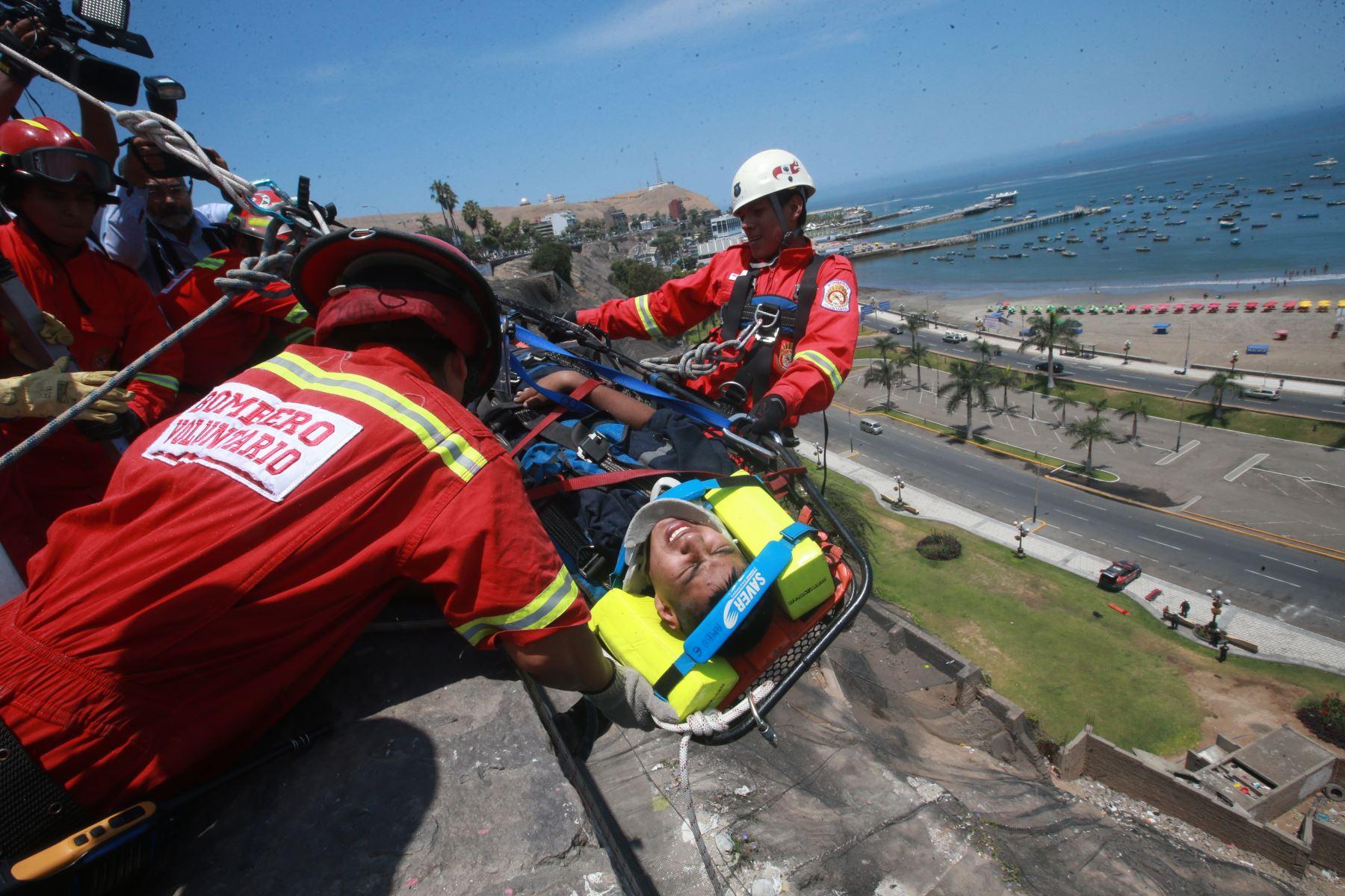 LIMA- PERÚ, FEBRERO 16. Bomberos rescatan en acantilado  a joven herido durante el simulacro por tsunami en la Costa Verde. Foto: ANDINA/ Jhony Laurente