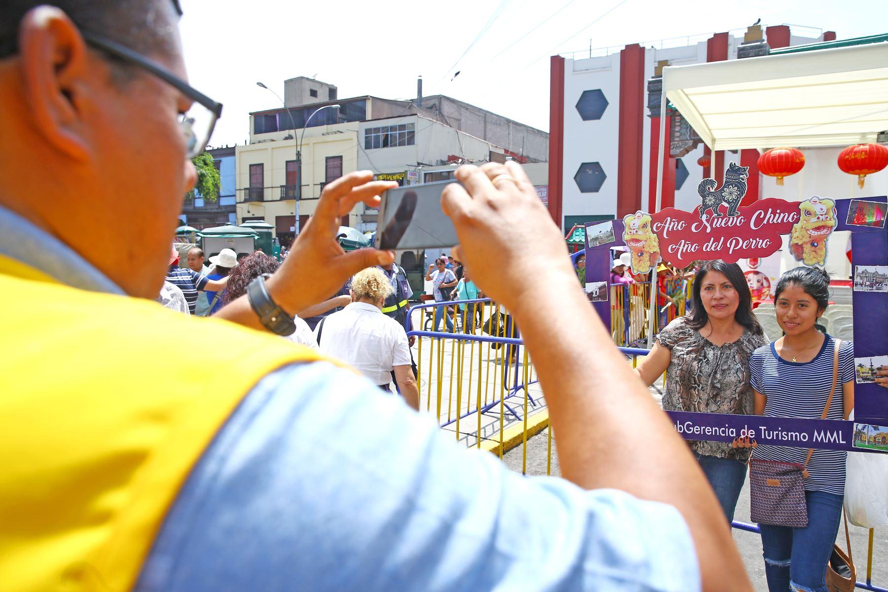 LIMA PERÚ - FEBRERO 16. Jóvenes se toman foto de recuerdo durante la celebración del Año Nuevo Chino  Foto: ANDINA/Melina Mejía