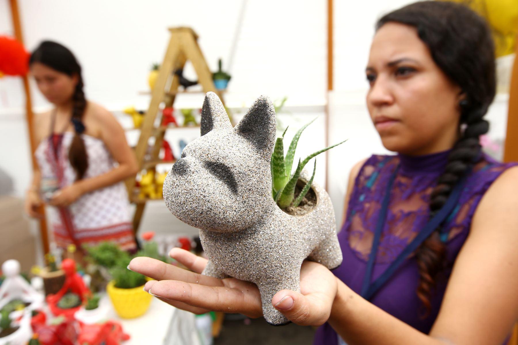 LIMA PERÚ - FEBRERO 16. Venta de souvenirs celebrando el año nuevo chino. Foto: ANDINA/Melina Mejía