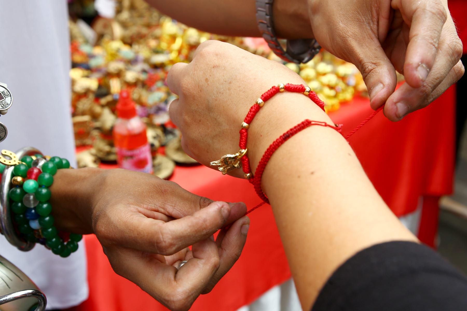 LIMA PERÚ - FEBRERO 16. Personas compran souvenirs celebrando el  año nuevo chino. Foto: ANDINA/Melina Mejía