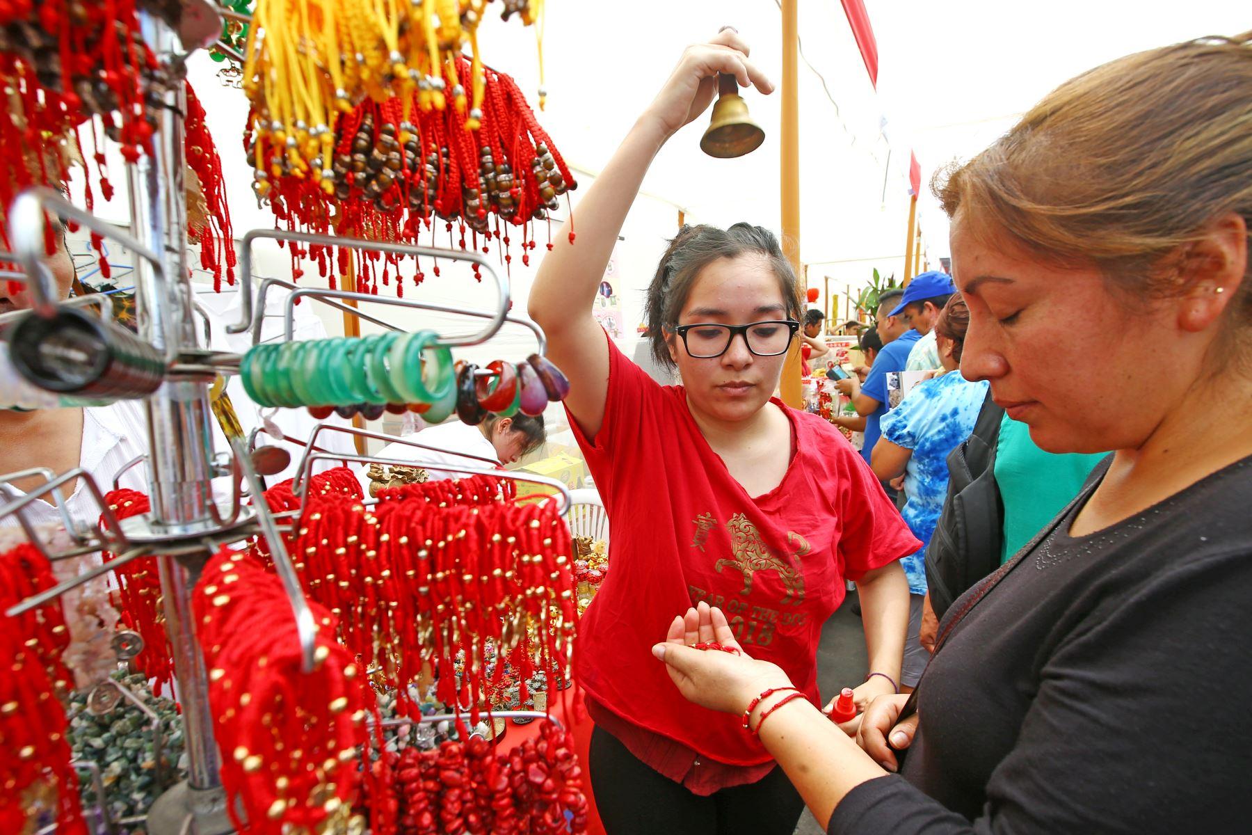 LIMA PERÚ - FEBRERO 16. Feria en el Barrio Chino para recibir el Año nuevo chino. Foto: ANDINA/Melina Mejía