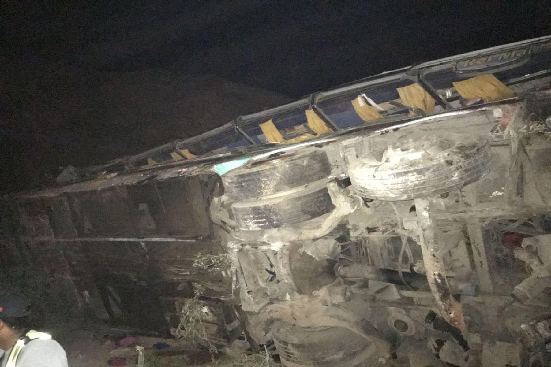 Bus cayó a abismo en Arequipa Foto: Tweet @zanabria38