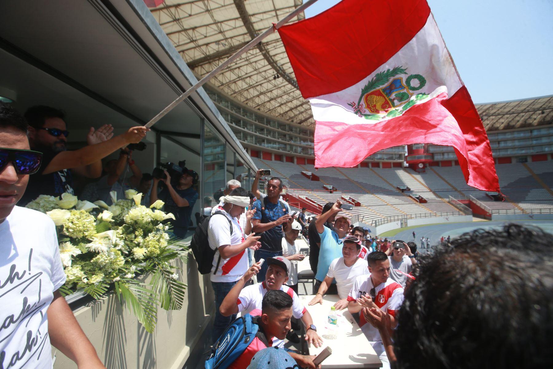 21/02/2018 Bandera Peruana flamea en la cabina radial de fallecido periodista Daniel Peredo,en el Estadio Nacional. Foto: ANDINA/Jhony Laurente