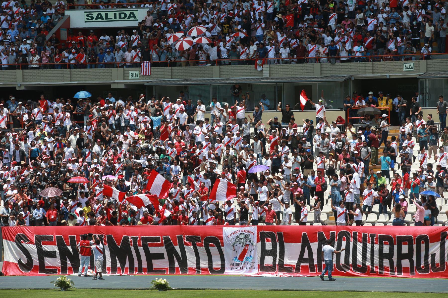 Hinchas en el Estadio Nacional despiden a periodista Daniel Peredo. Foto: ANDINA/Jhony Laurente.