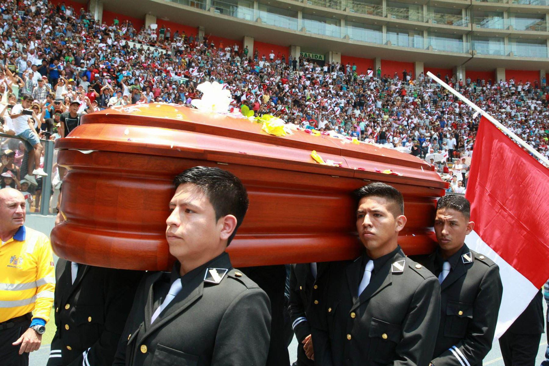 Hinchas en el Estadio Nacional despiden a periodista Daniel Peredo. Foto: ANDINA/Dante Zegarra.