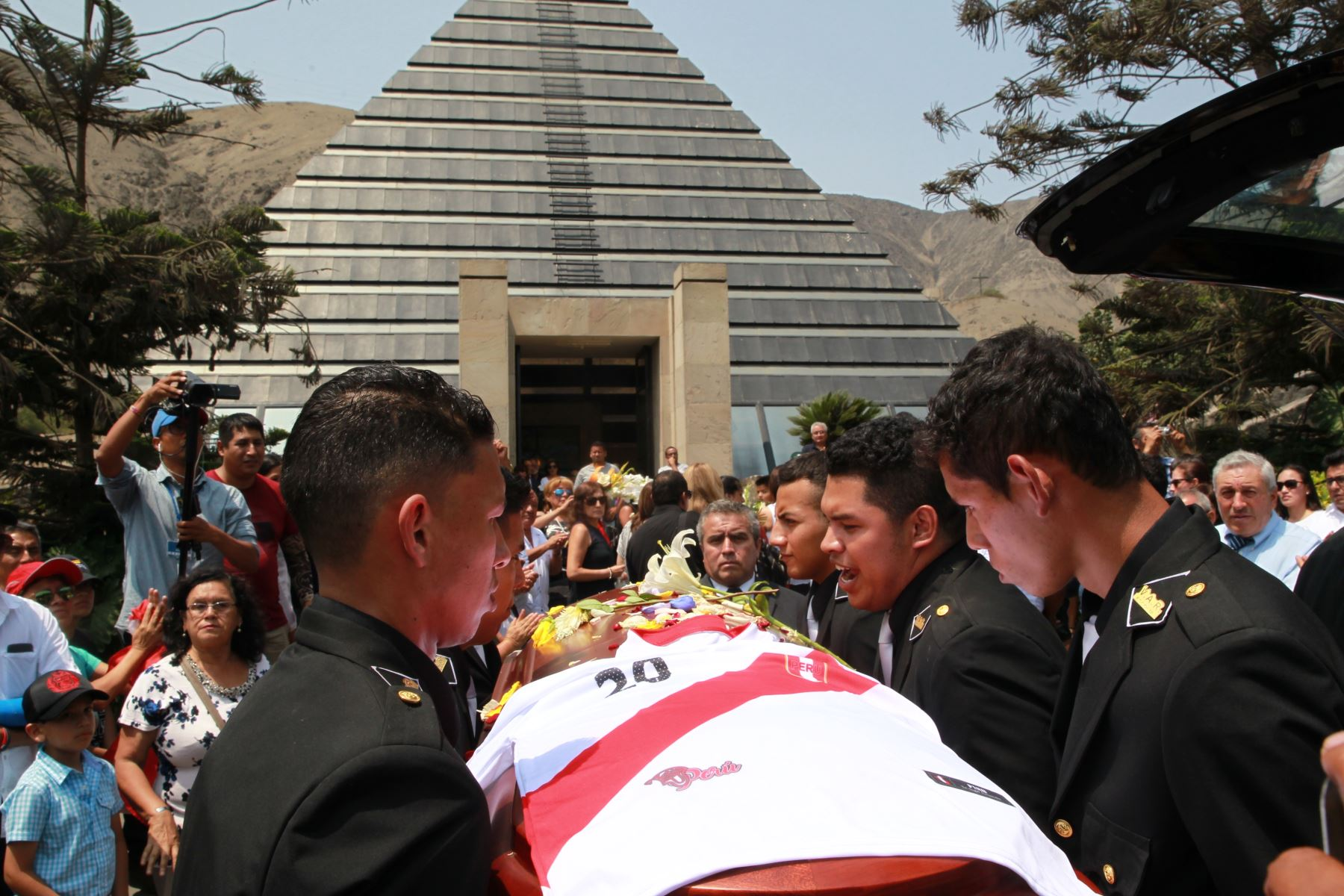 Llegan al cementerio Jardines de la Paz, restos de periodista Daniel Peredo. Foto. ANDINA/Dante Zegarra