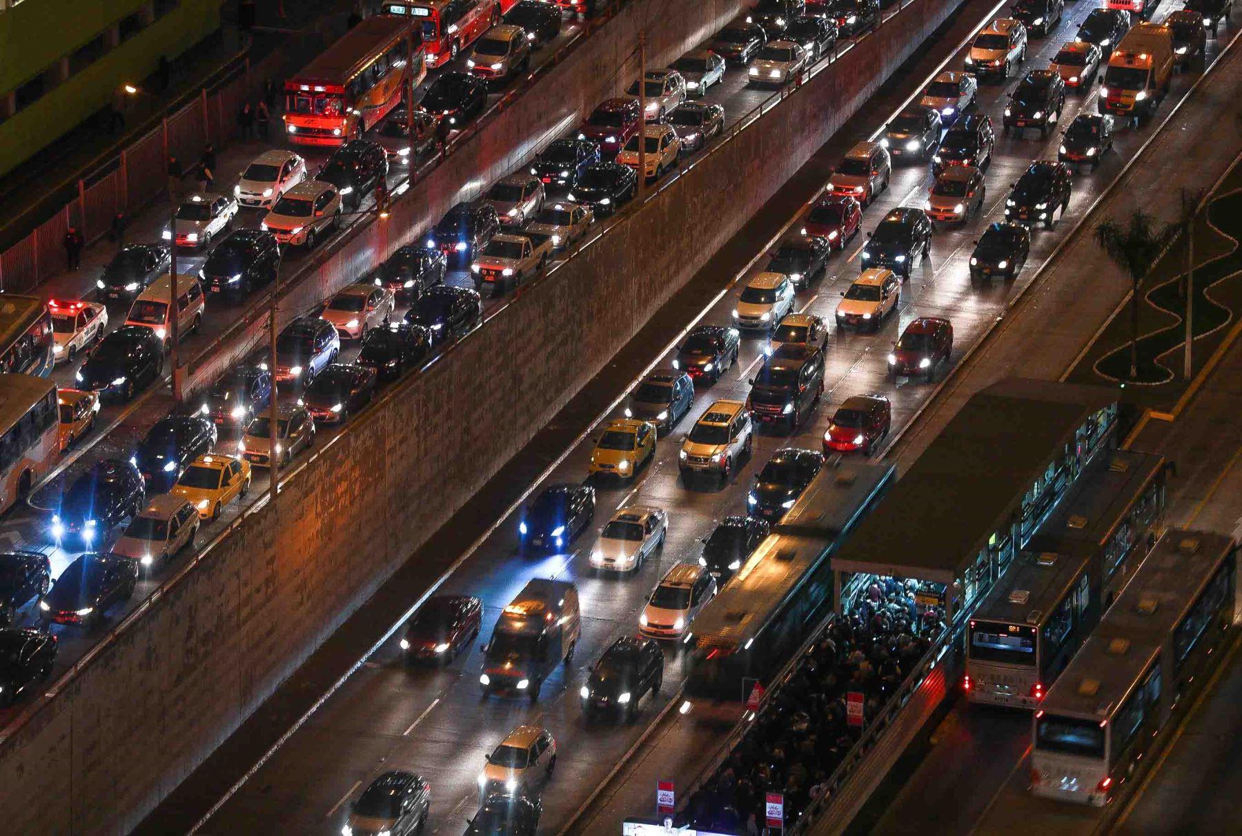 Dos procesiones paralelas: por un lado la de vehículos particulares y, por otro, la de los usuarios que pugnan por subir a un bus de El Metropolitano. Foto: ANDINA