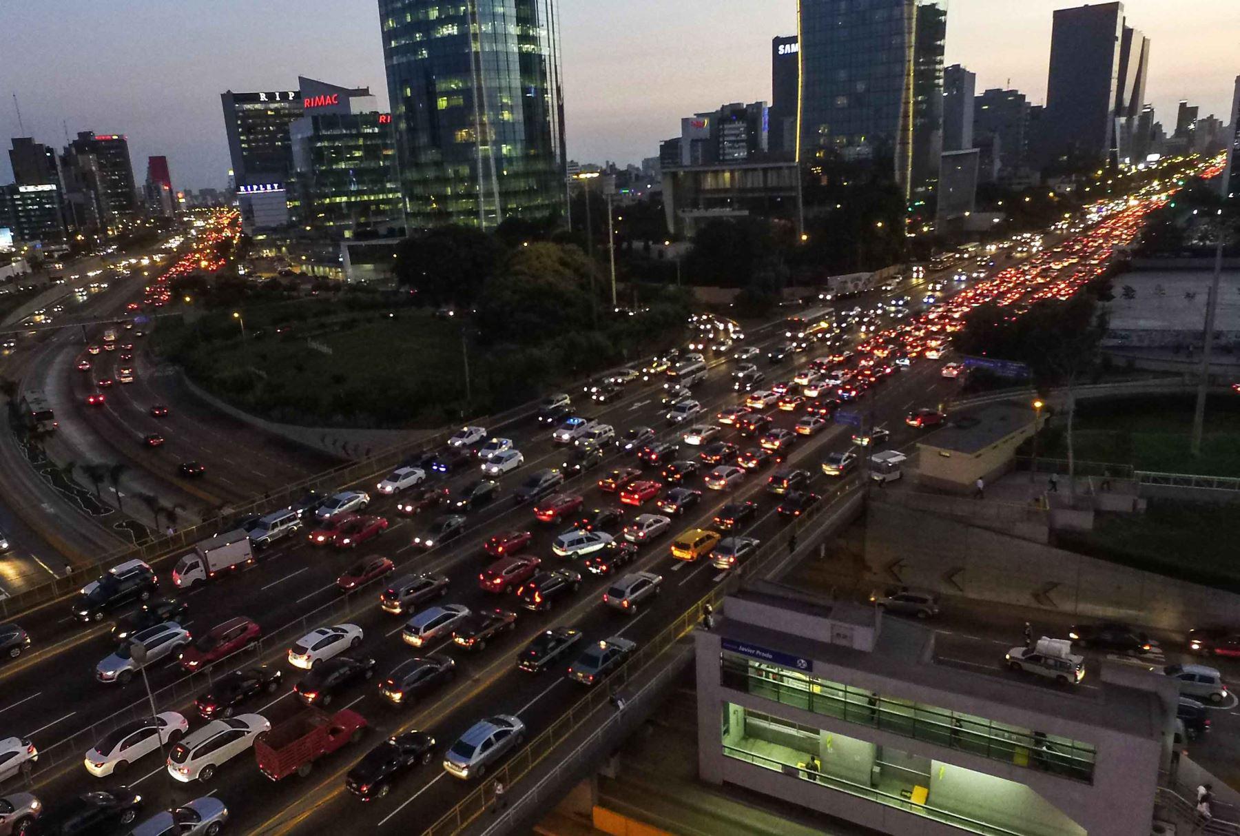 La congestión vehicular es tal en Javier Prado, a la altura de la Vía Expresa, que expertos proponen construcción del túnel en cerro Centinela en La Molina y viaducto en óvalo Monitor. Foto: ANDINA