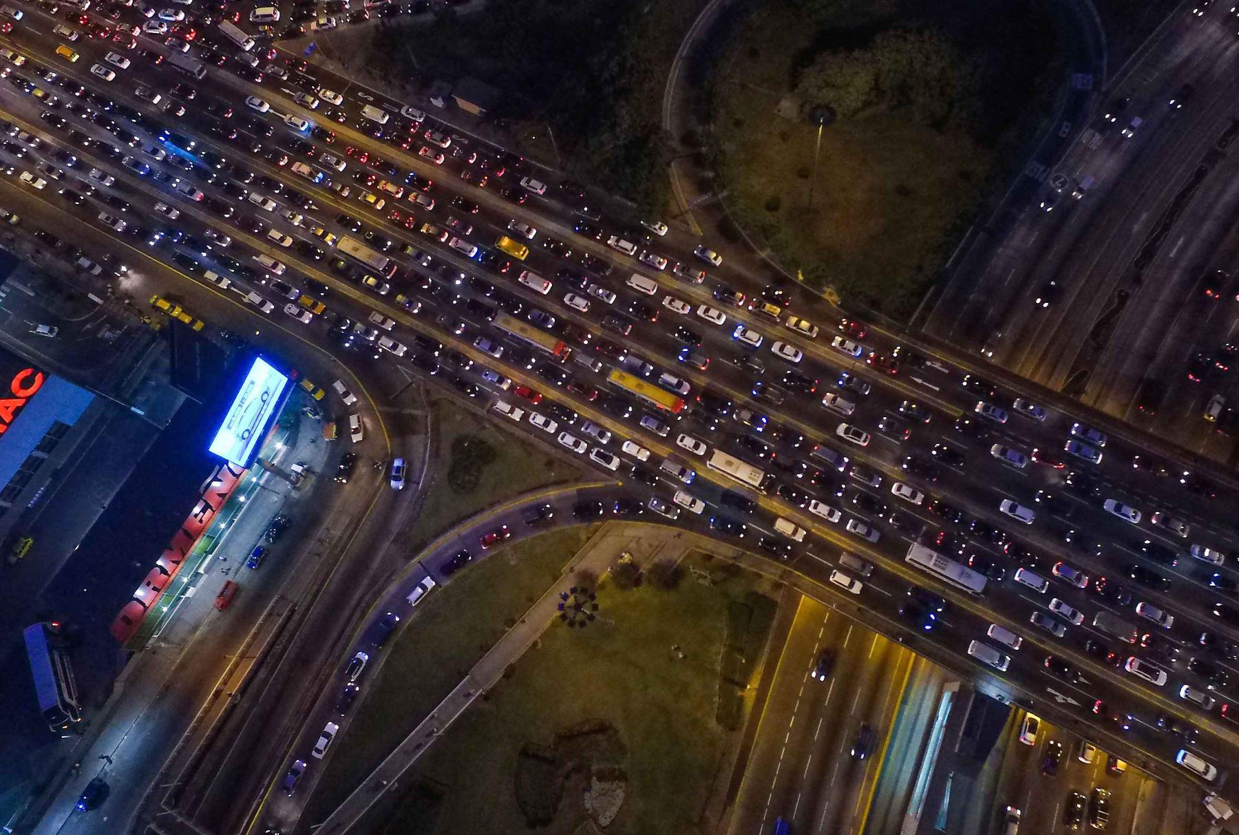 Vía crucis en Av. Javier Prado. Esta imagen se repite todas las noches, cuando miles buscan volver a sus hogares después de estudiar o trabajar. Foto: ANDINA