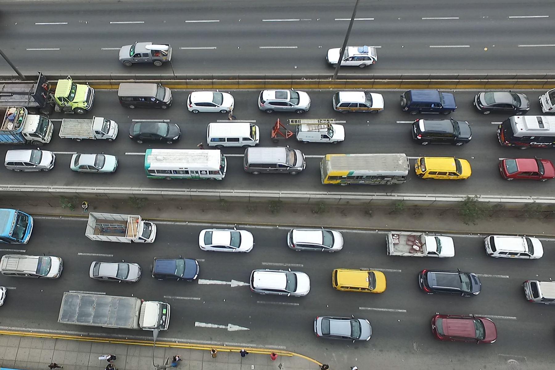 Los expertos en transporte proponen que haya más vehículos de gran tamaño en el transporte masivo, para que se reduzca la presencia de unidades pequeñas en las que muchas veces viaja una sola persona. Foto: ANDINA